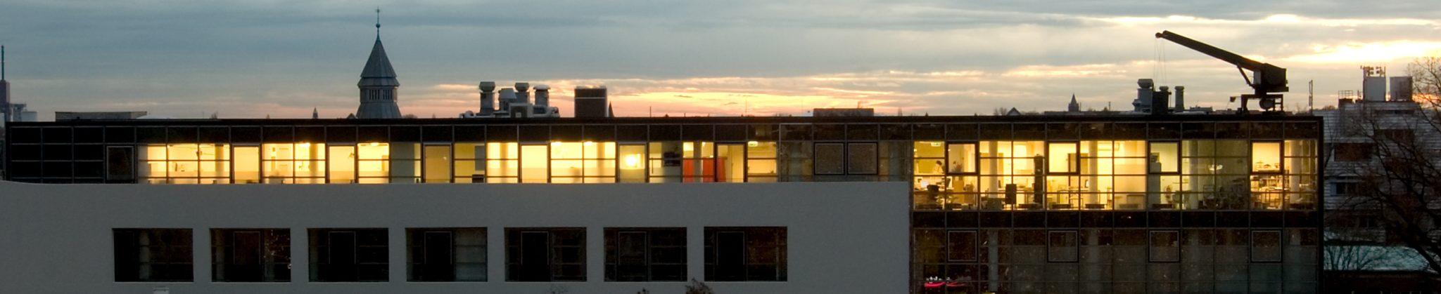 Bild: Panoramaaufnahme der Kliniketage bei Nacht